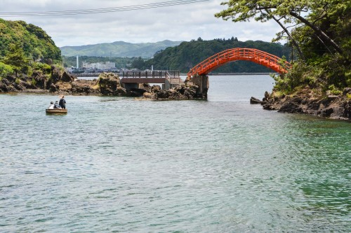 enjoy a tub-boat ride in the picturesque scenery of the Sado Geopark and Sado-Yahiko-Yoneyama Quasi-National Park.