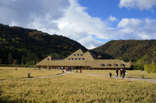 The main building of La Collina (ラ コ リ ー ナ) was designed by Terunobu Fujimori.