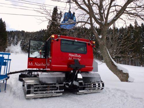 The snowcat and the DRAGONDOLA at Naeba.