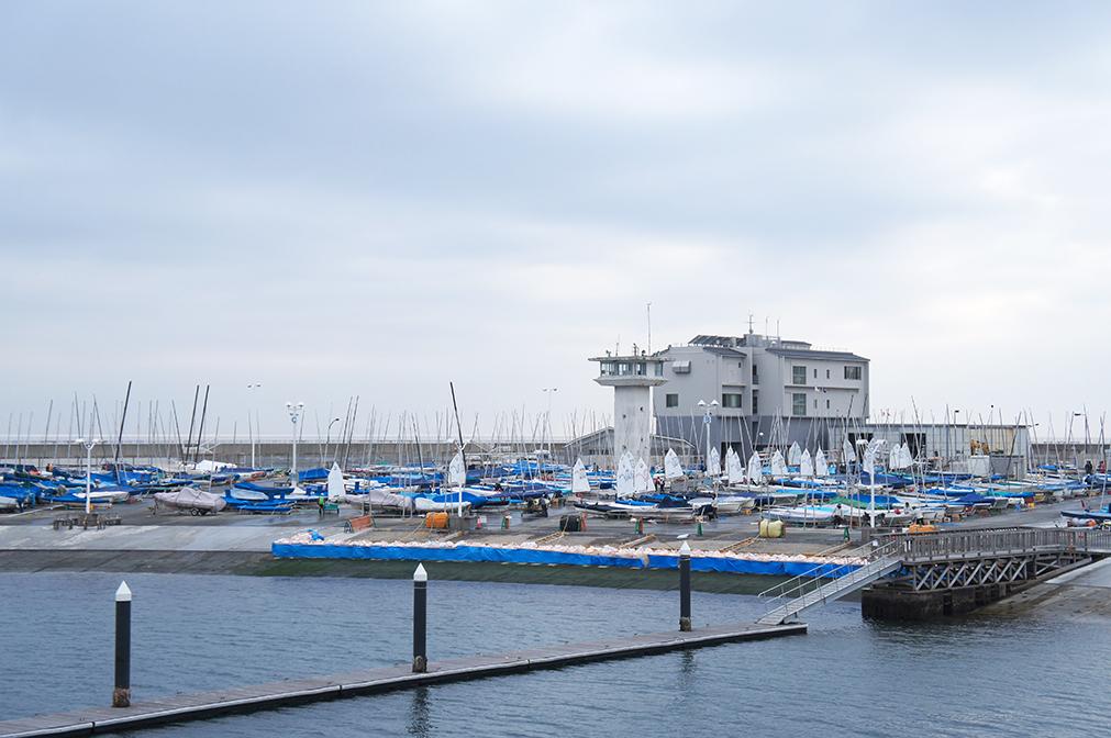 Vue du port d'Enoshima depuis la promenade centrale
