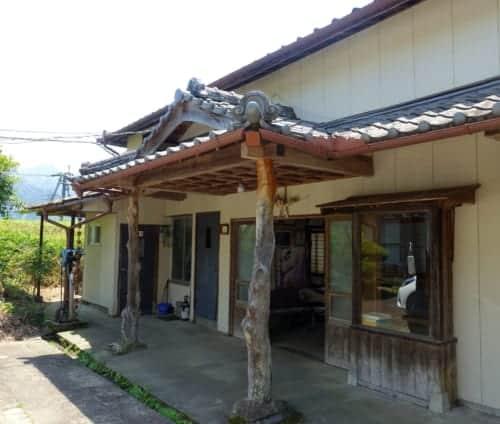 Outside the Amanoiwato Kibori studio.
