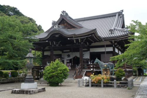 The main building of the Tashibana-dera temple, in front of which is the statue of Prince Shotoku's horse