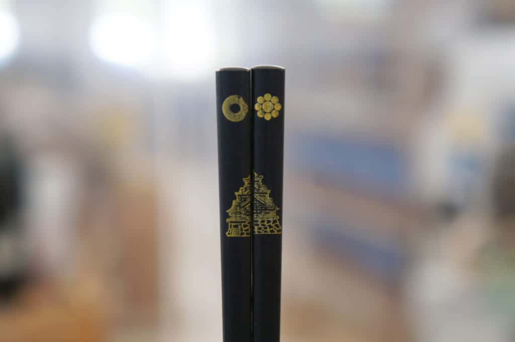Chopsticks printed with the image of Kumamoto castles in black and gold