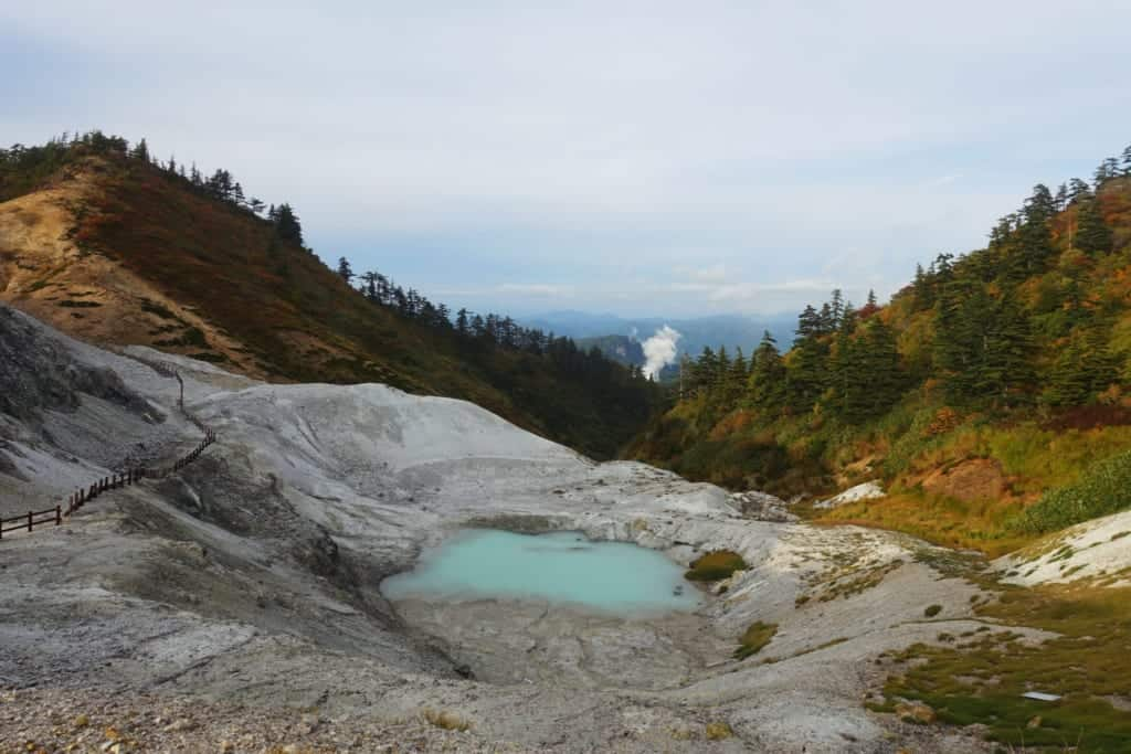The jigoku kawarage and its small volcanic lake of a milky turquoise blue