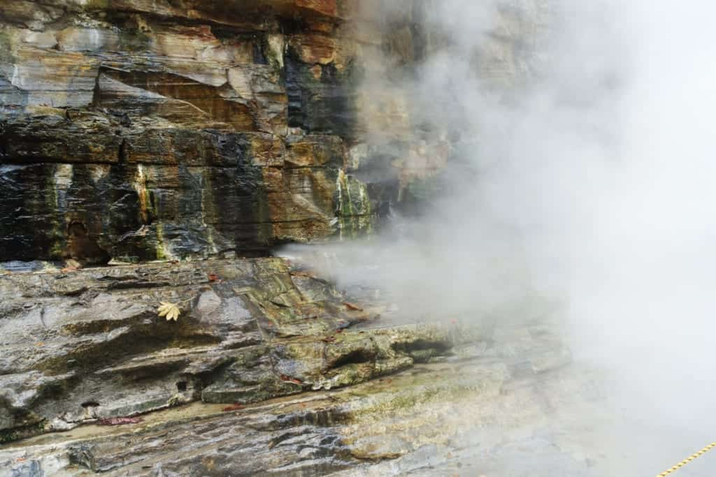 The steam that escapes directly from the rock into the Oyasukyo Gorge