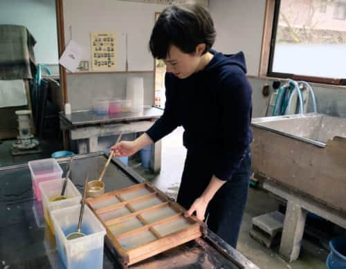 Mika customizing her Kurotani washi paper