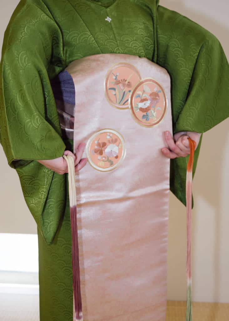 use a koshi-himo to create a bottom line for the taiko bow