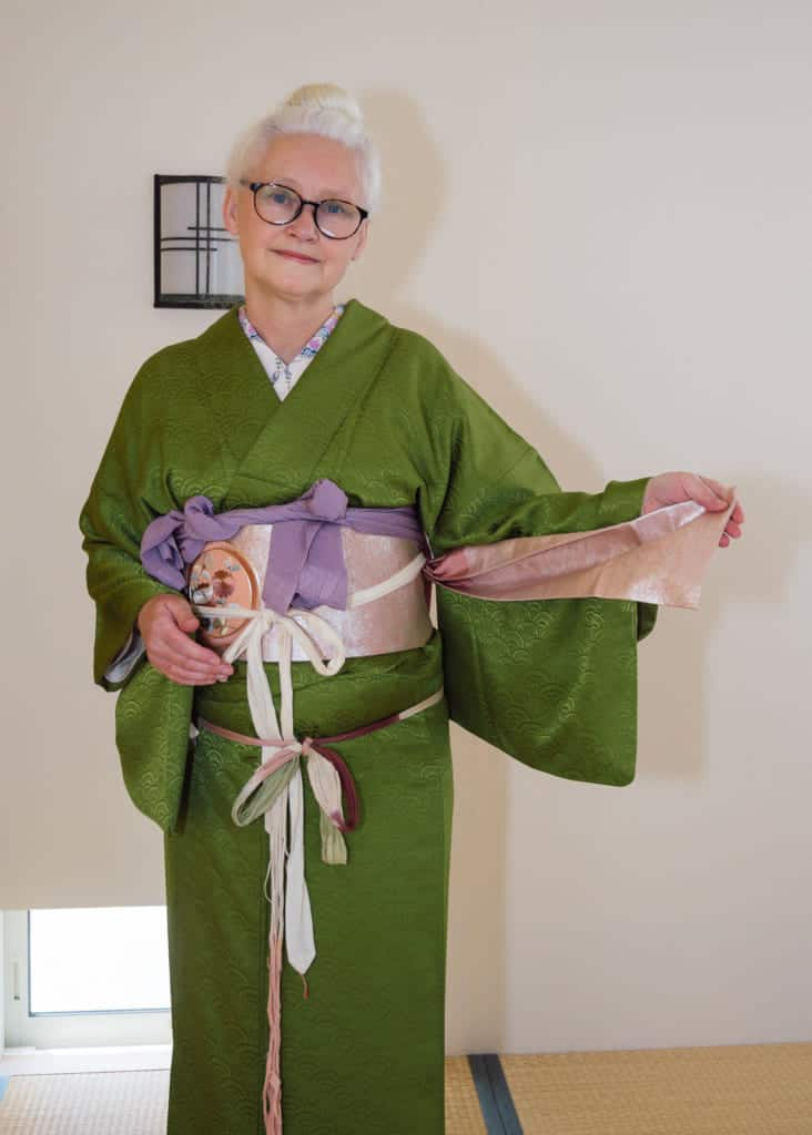 take the narrow end of the obi out of the koshi-himo tie