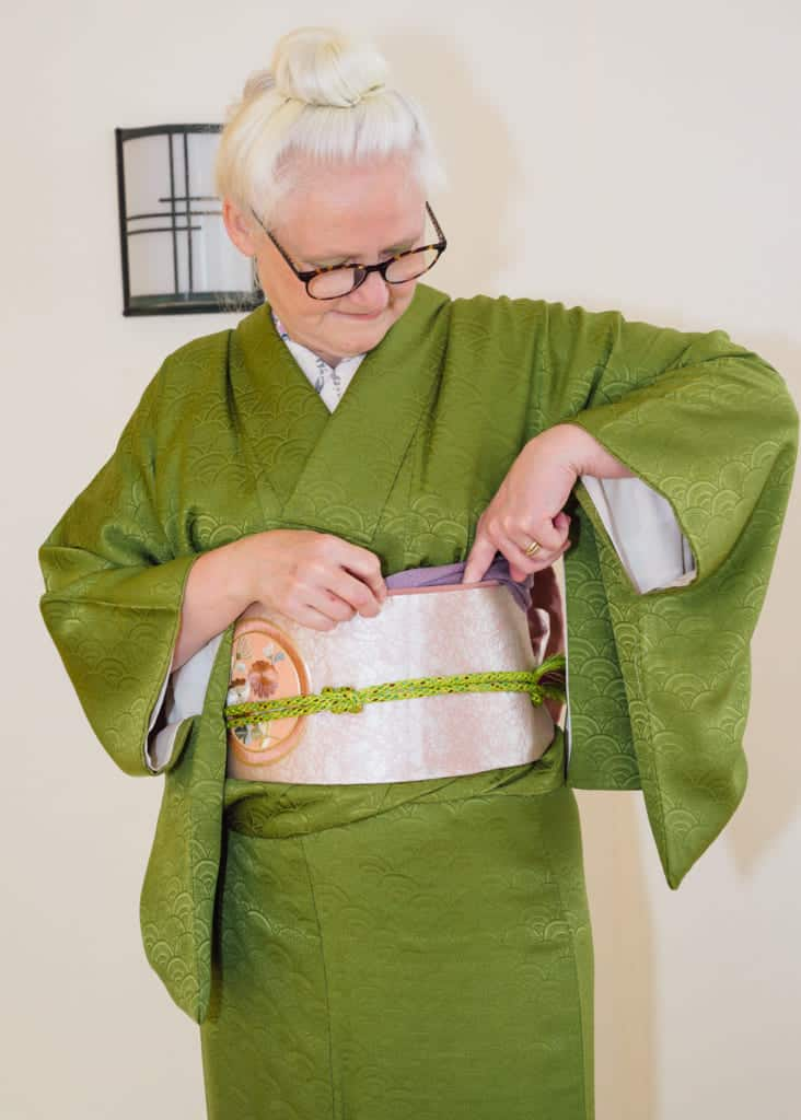 run your fingers along the top of the obi to tuck in the obiage