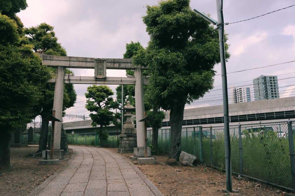 The hidden entrance between train rails of the Hachiman shrine in Akabane