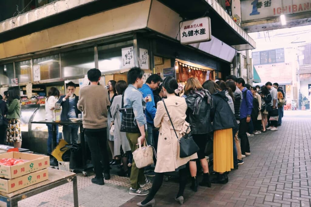 We can see the popularity of Maruken Suisan with the amount of people waiting