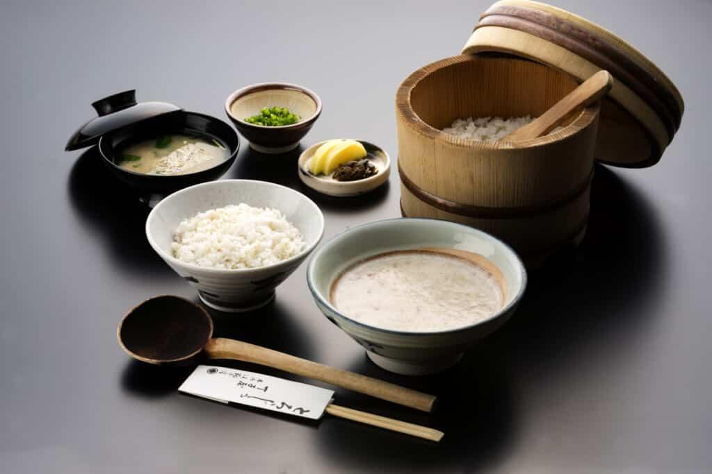 Example of a Chojiya set meal featuring Tororojiru