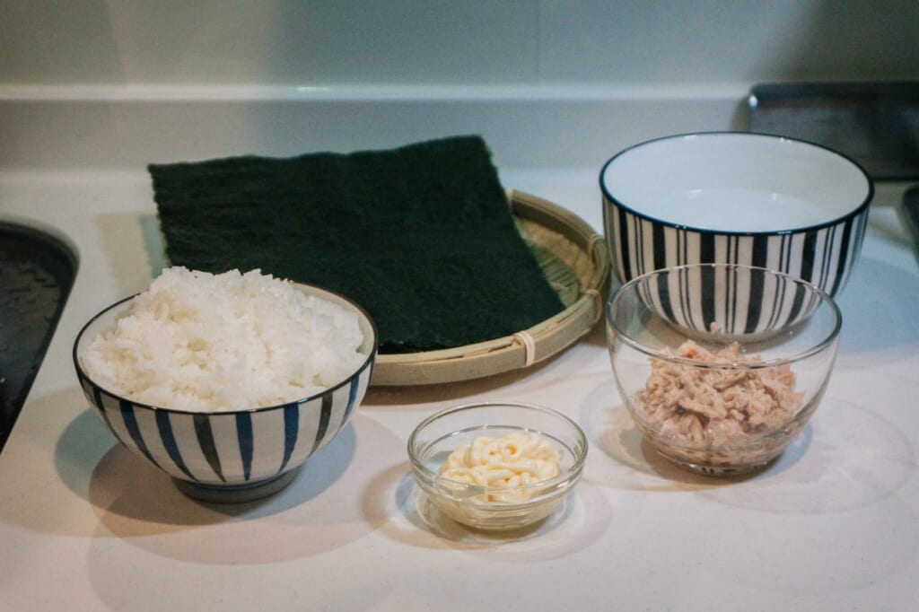 All the set is prepared to start with the onigiri recipe