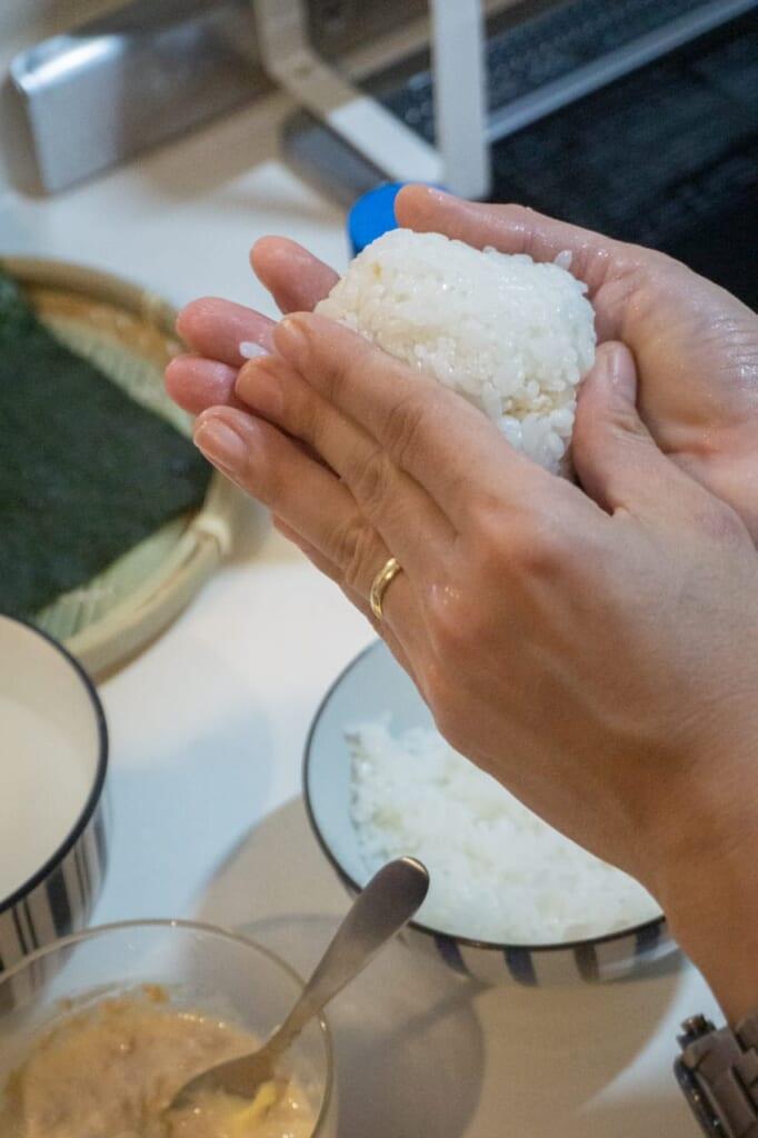 Making the onigiri round