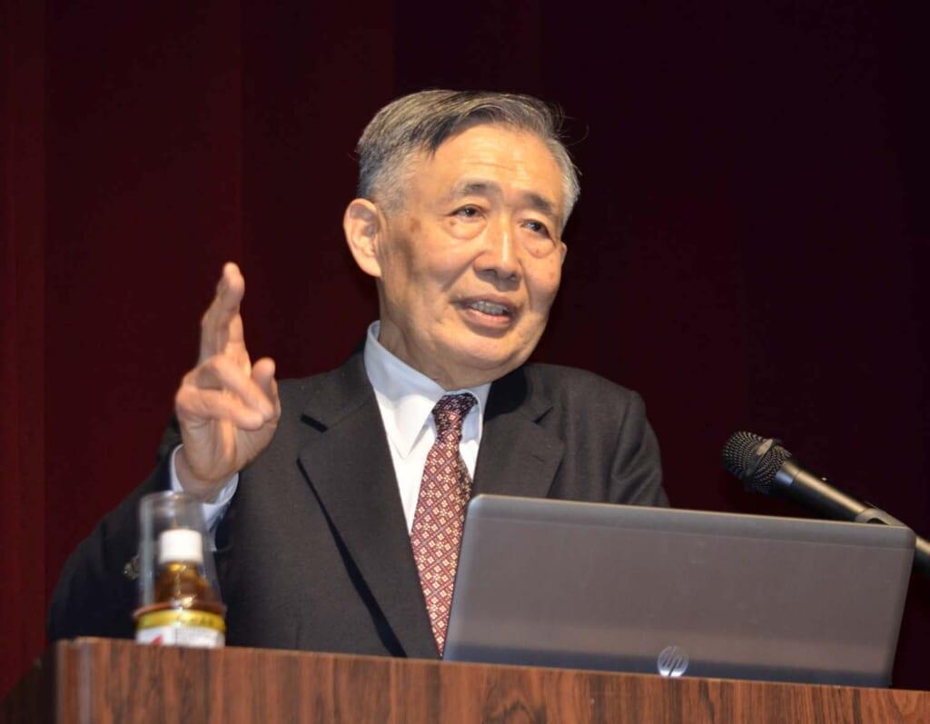 Takeshi Shida of Shida-tei giving a talk about the old Tokaido Road