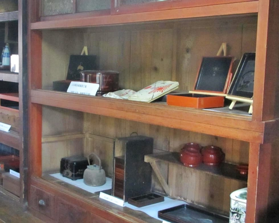 Historical items in a glass case from the Edo and Showa period showcased in Shida-tei, a Traditional Japanese house on the Tokaido Road