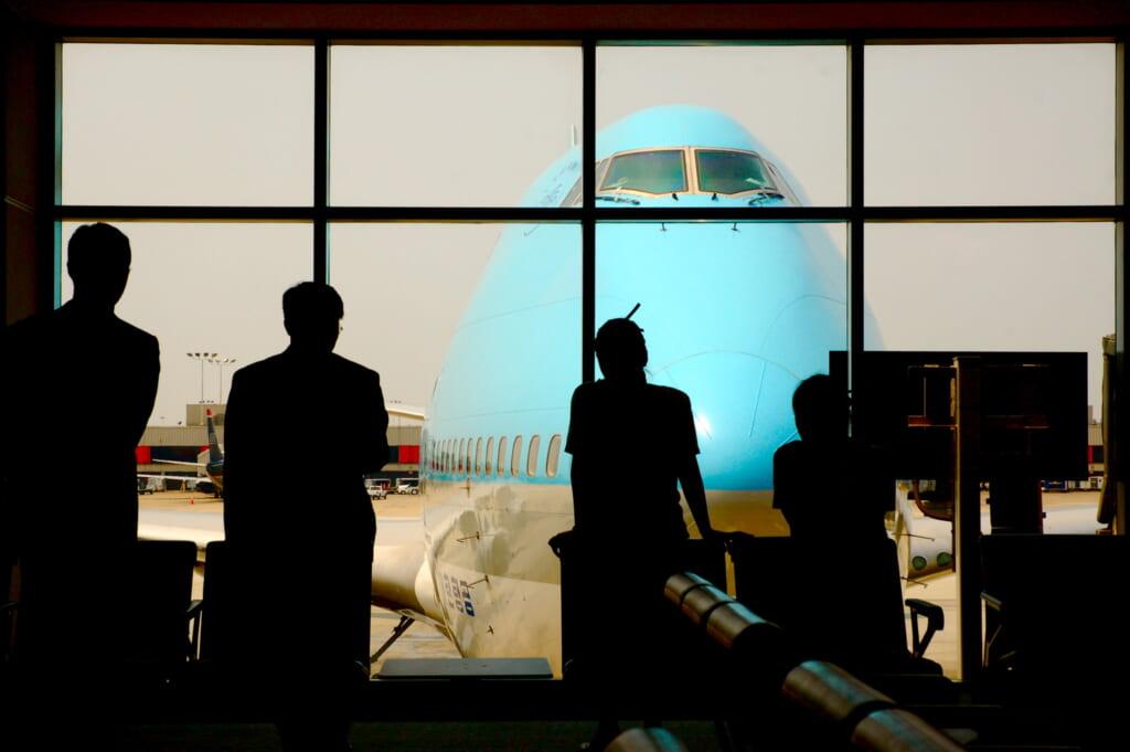 Passengers warh a Korean Air airplane in Narita Airport