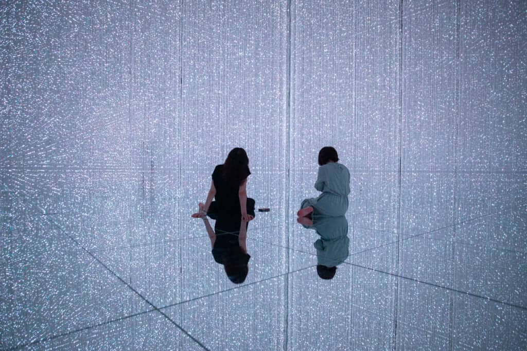 Two girls in The Infinite Crystal Universe in TeamLab planets