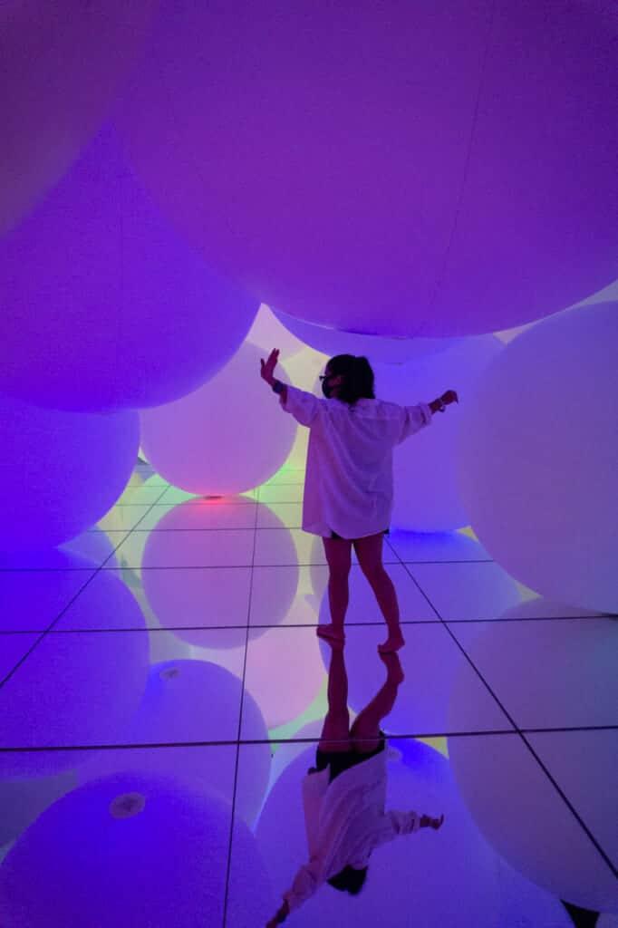 purple light spheres - teamLab Planets