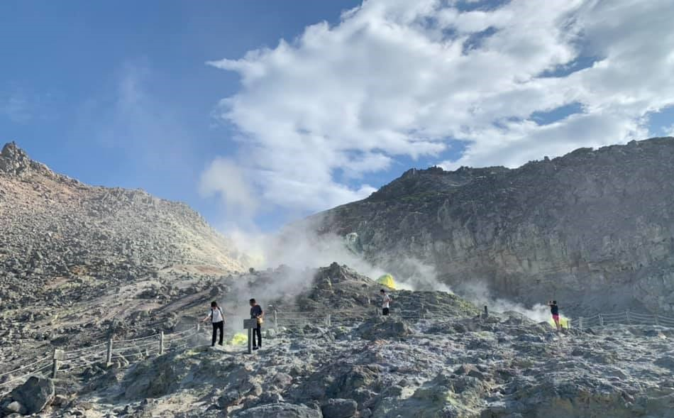 Overview of Mount Iō and sulphur concretions
