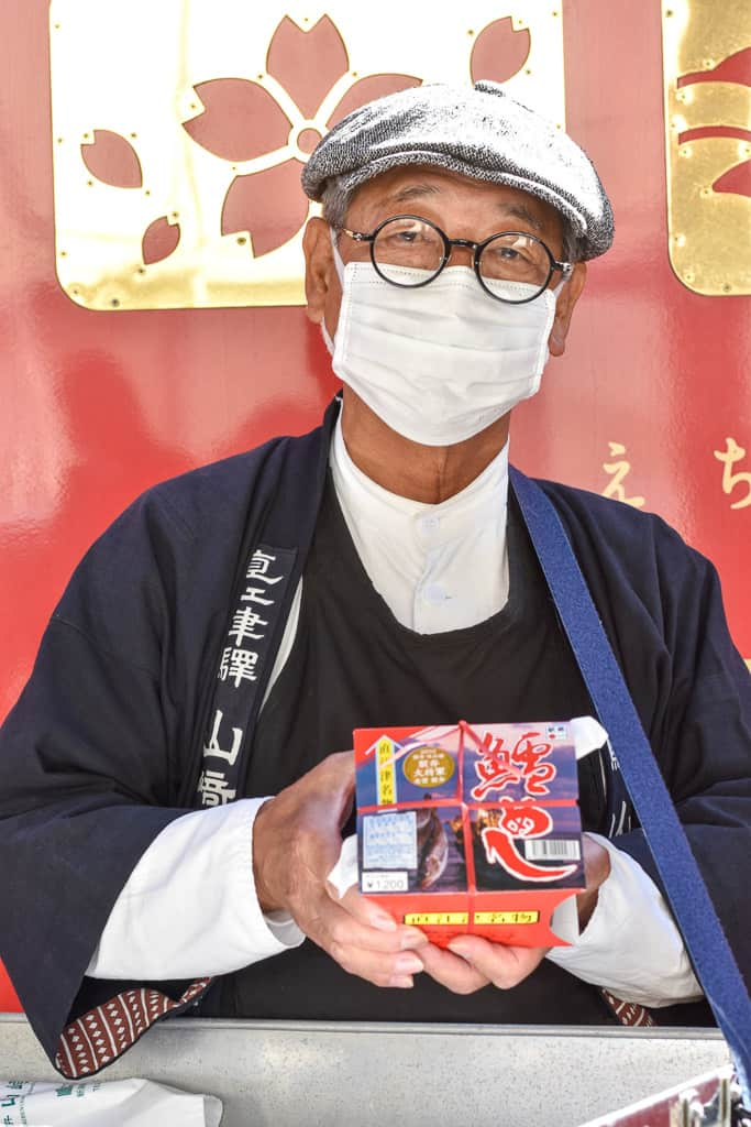 man selling bentos on Setsugekka train in Niigata