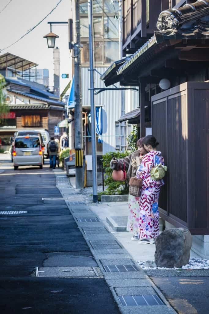 Girls in kimono in Higashi chayagai