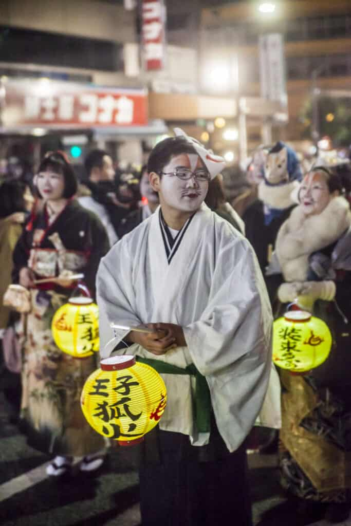 Fox carrying lanterns in Kitsune no Gyoretsu