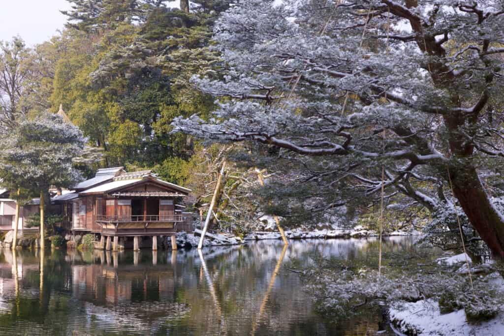 kenrokuen pond in the snow