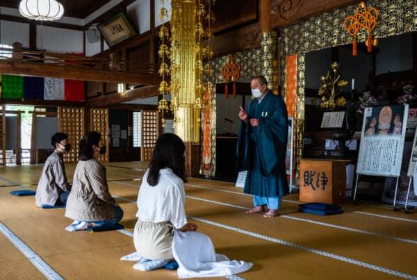 monk instruction on zazen meditation at hokoji temple
