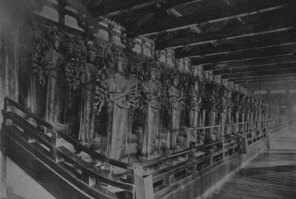 Black and white photo of the thousand statues of Sanjusangendo, in Kyoto