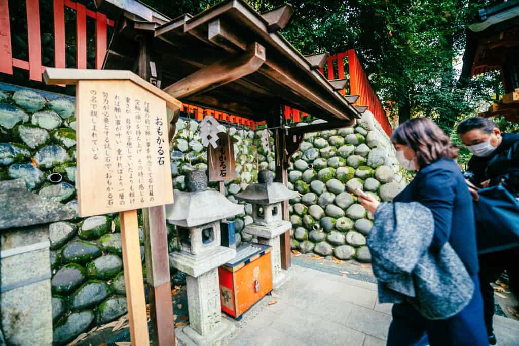 Omokaru-ishi stone lanterns