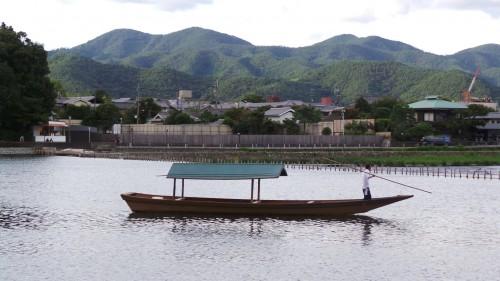 le ballet des bateaux de bois qui promènent les visiteurs sur la rivière.