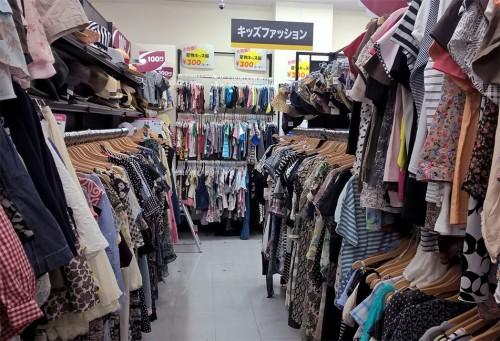 Bookoff plus propose des vêtements en friperie en plus des objets