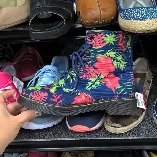 Chaussures chinées dans une friperie japonaise