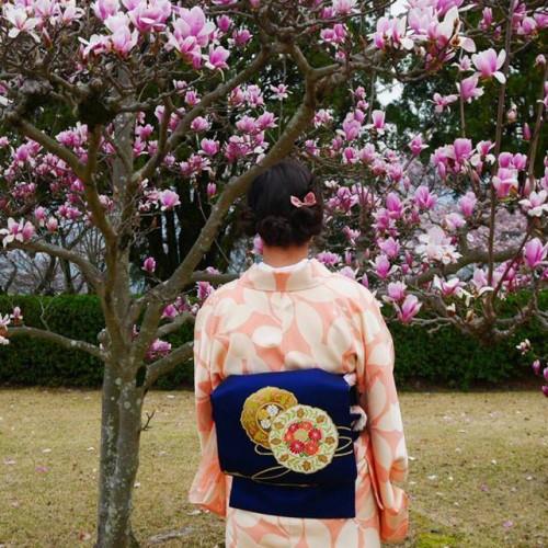 Femme en kimono avant de participer à la cérémonie du thé.