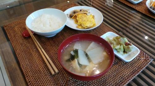 Soupe miso accompagnant divers plats selon la tradition du ichiju sansai (1 soupe + 3 plats).