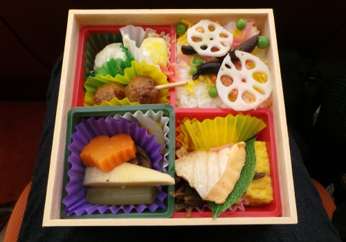 Bento préparé selon la règle du ichiju sansai.