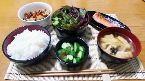 Menu teishoku préparé à la maison selon la règle du ichiju sansai, plat japonais