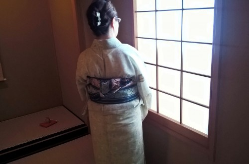 Japonaise en kimono pendant la cérémonie du thé.