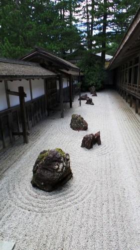 Petit jardin de pierre au temple Kongōbu-ji au mont Koya