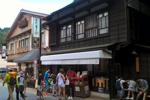 Restaurants à côté de la gare de Takaosanguchi au pied du mont Takao