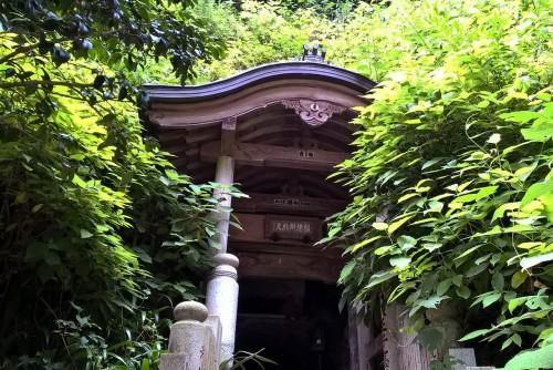 Temple niché dans une grotte au mont Takao