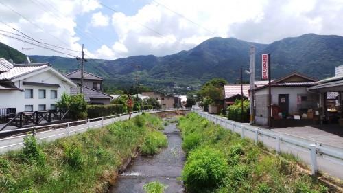 La ville de Yufuin, préfecture d'Oita, entourée de nature sur l'île de Kyushu