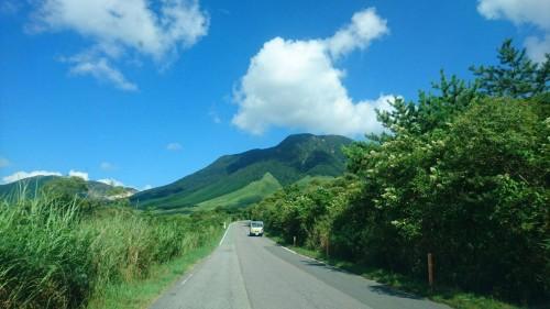 Sur la route pour la montagne de Tsukahara proche de Yufuin sur l'île de Kyushu
