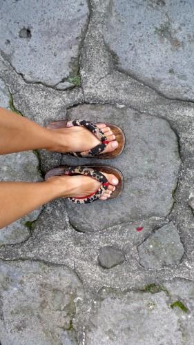 Chaussures en bois prêtées par le ryokan Hakuunsou situé dans le village de Yunohira à côté de Yufuin sur l'île de Kyushu