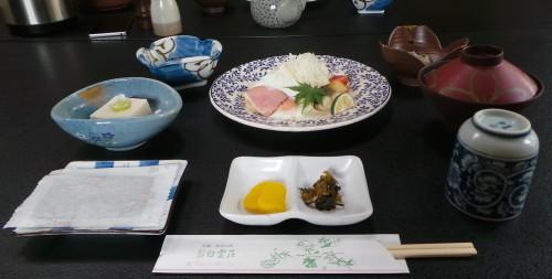 Dîner kaseki au ryokan Hakuunsou situé dans le village de Yunohira à côté de Yufuin sur l'île de Kyushu