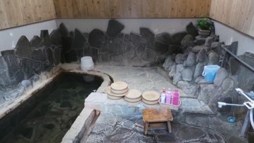 Onsen au ryokan Hakuunsou situé dans le village de Yunohira à côté de Yufuin sur l'île de Kyushu