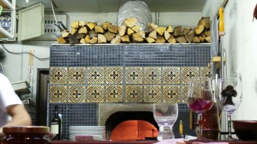 Joli four à bois, d'où sortent les merveilleuses pizza d'Archetto, le super restaurant italien de Beppu sur l'île de Kyushu