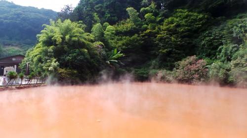 Les eaux rouges et fumantes de Chinoike Jigoku à Beppu sur l'île de Kyushu