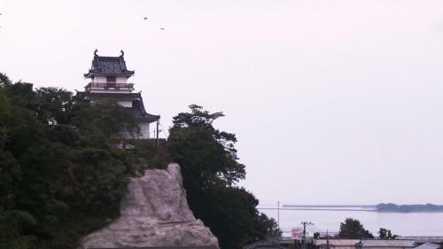 Le château de Kitsuki se dressant sur une falaise face à la mer sur l'île de Kyushu